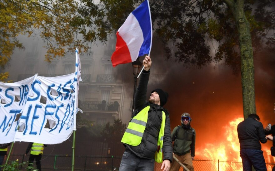 """В Париже задержали более 80 человек на акции """"желтых жилетов"""""""