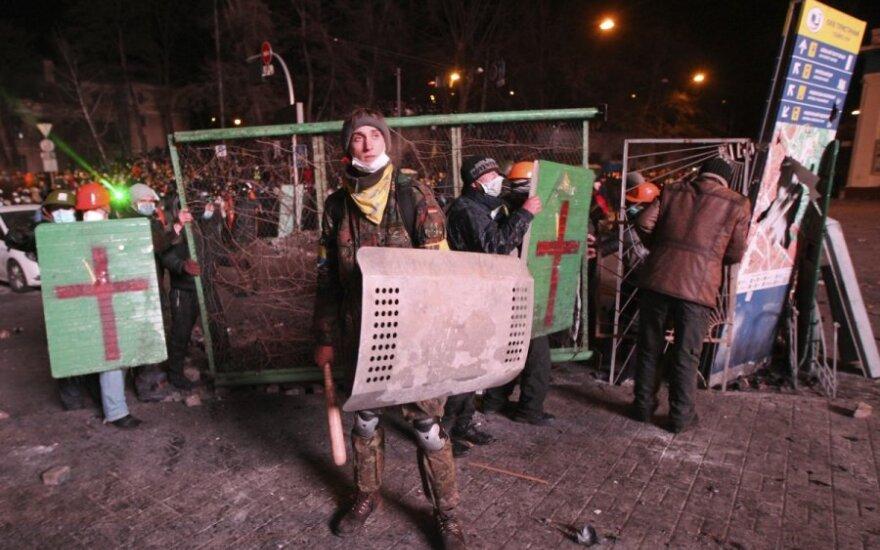 Столкновения в Киеве: журналист зафиксировал, как в него попала пуля