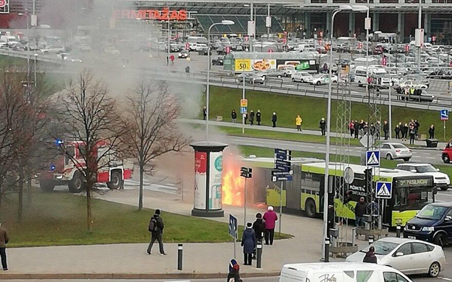 В Вильнюсе недалеко от ТЦ Akropolis загорелся городской автобус