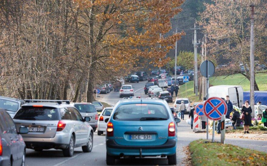 Водители должны быть внимательны: в Литве меняется порядок движения у кладбищ