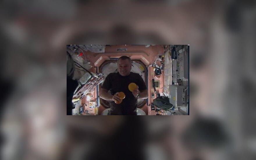 Роскосмос показал, как развлекается экипаж МКС на орбите