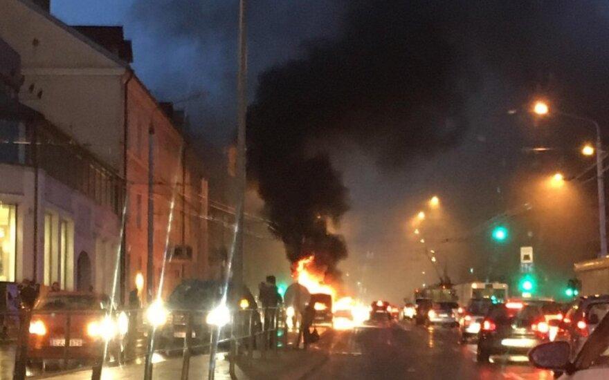 В центре Вильнюса загорелся автомобиль
