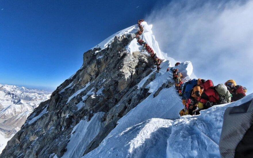 Ant Everesto susidarė alpinistų eilė
