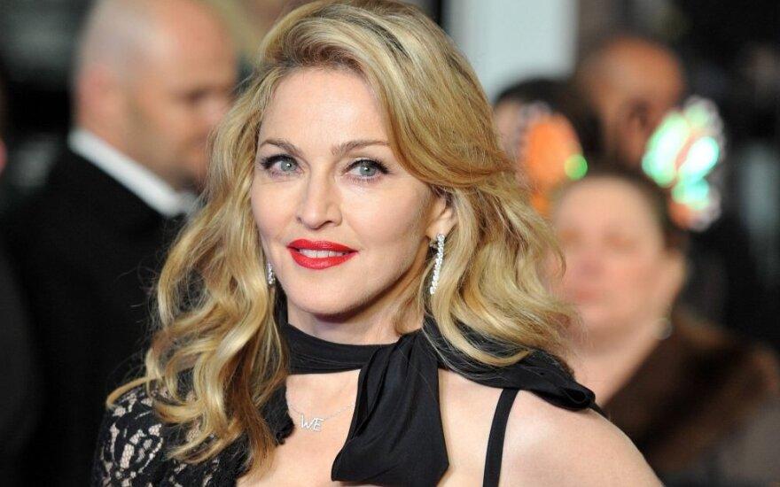 """ФОТО: Интернет-пользователи высмеяли """"новое"""" лицо Мадонны"""