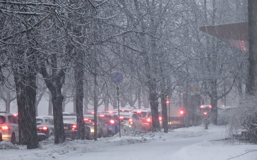 На дорогах Литвы ситуация очень сложная, дорожные службы обещают, что завтра будет легче