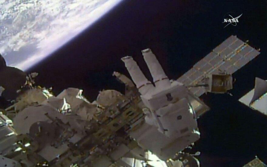 Du JAV astronautai TKS išorėje sumontavo dvi vaizdo kameras