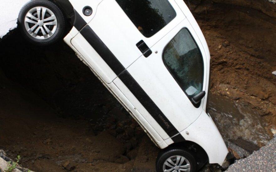 Суд: угодивший в яму водитель половину ущерба должен оплатить сам