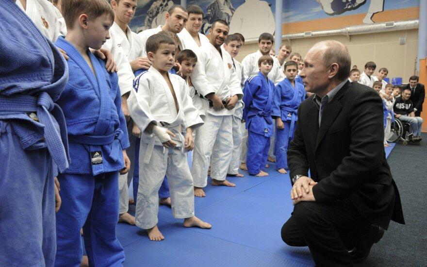 Vladimiras Putinas vaikams demonstravo dziudo pratimus