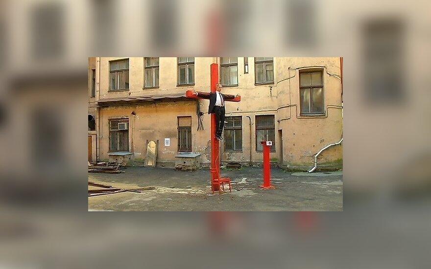 """Авторы выставки с """"распятым Путиным"""" в Риге спилили крест; куклу увезли"""