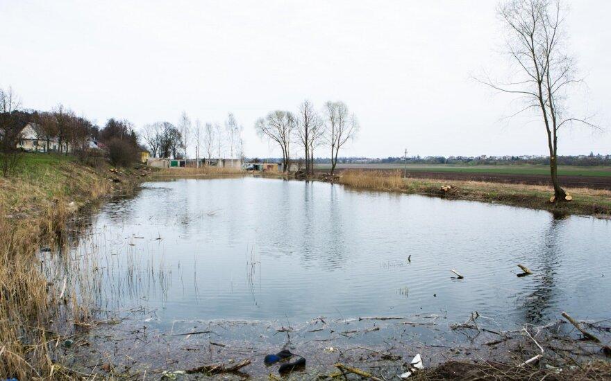 В Клайпедском районе погиб съехавший в пруд на автомобиле мужчина