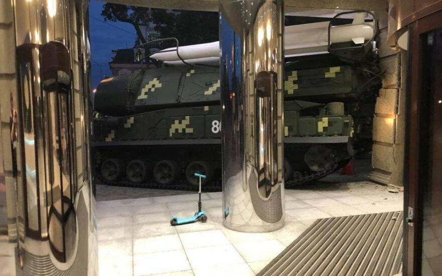 В Киеве военная техника протаранила бизнес-центр