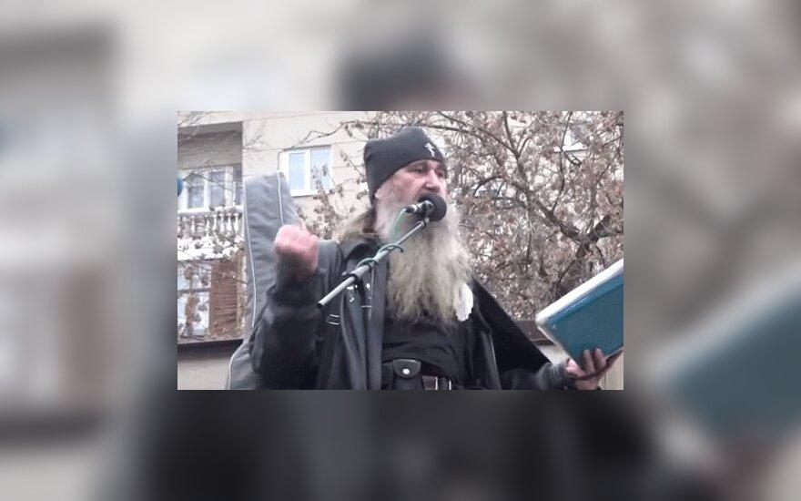 """Человек в рясе священника на """"Русском марше"""" спел песню про Донбасс"""