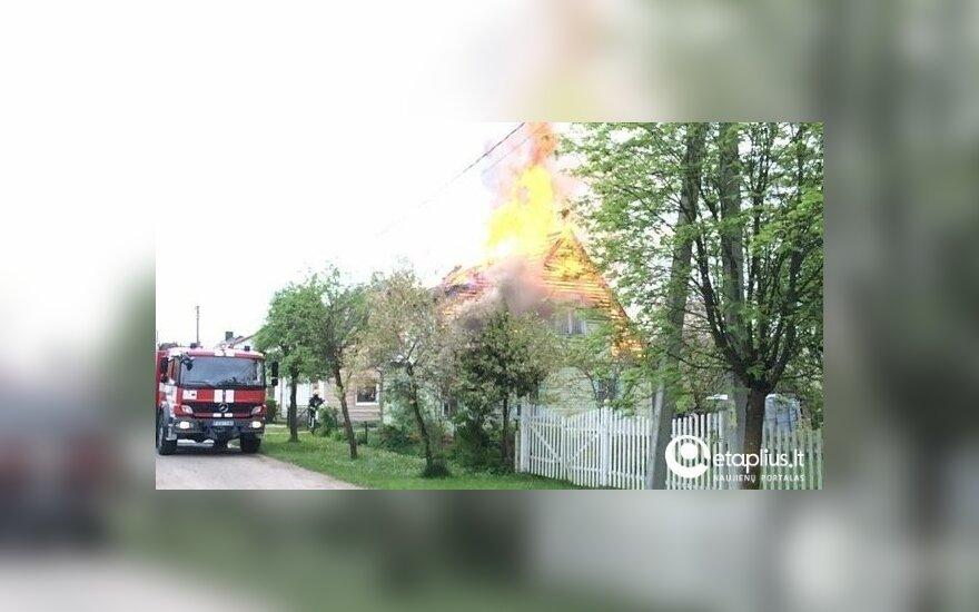 Iš degančio namo kuršėnietę išgelbėjo kaimynai