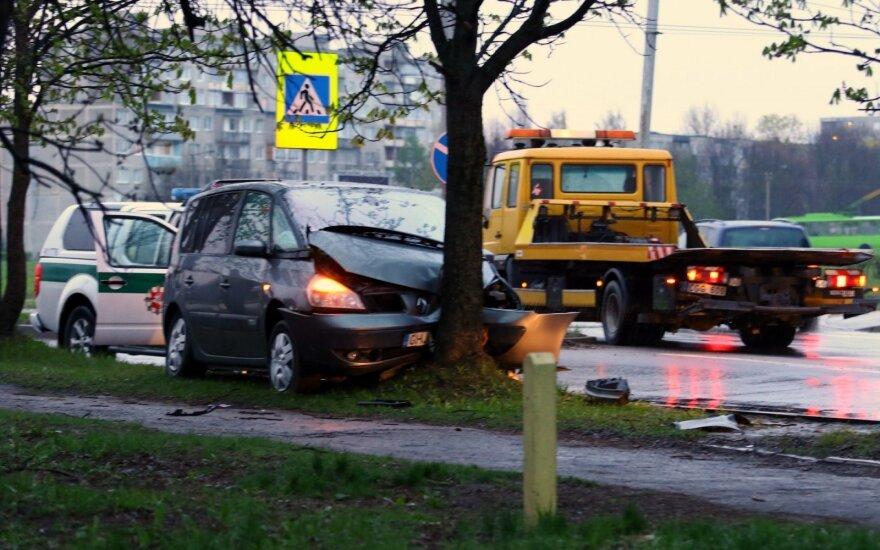 Аварии в Каунасе: Peugeot врезался в столб, Renault – в дерево