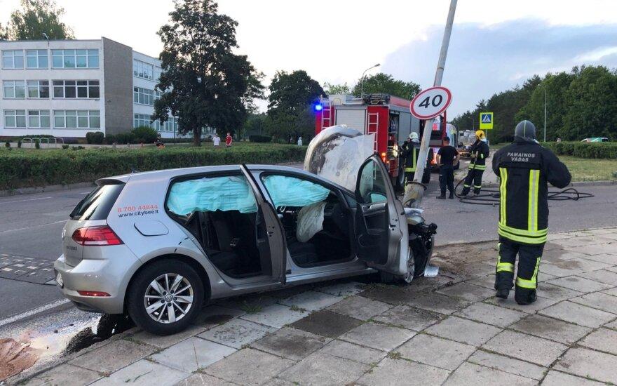 В Вильнюсе в столб врезался и загорелся автомобиль каршеринговой компании CityBee