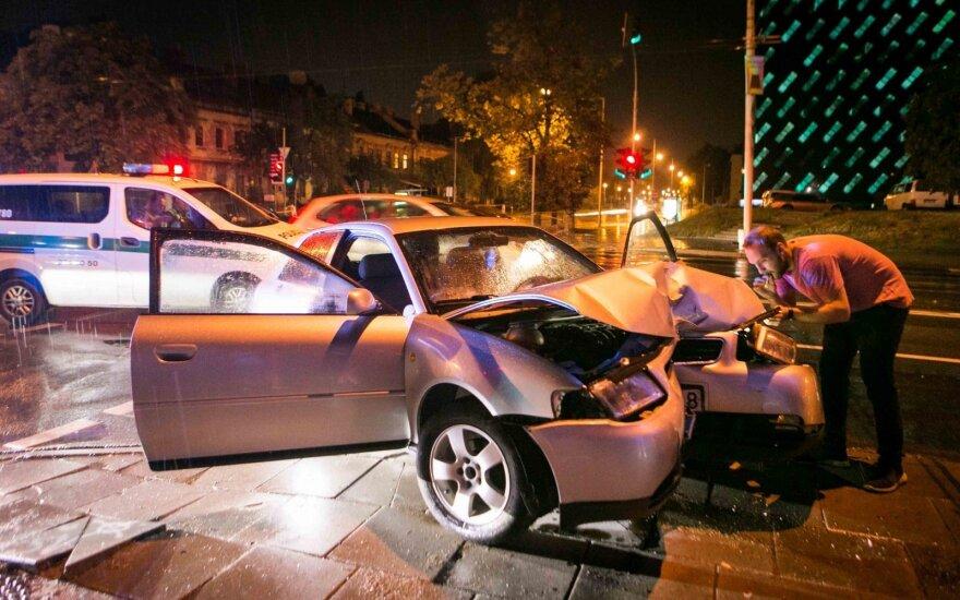В Вильнюсе Audi врезался в столб, пострадал подросток
