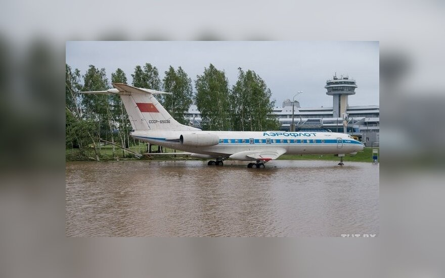 Сильный ветер повредил самолеты и машины в Минске