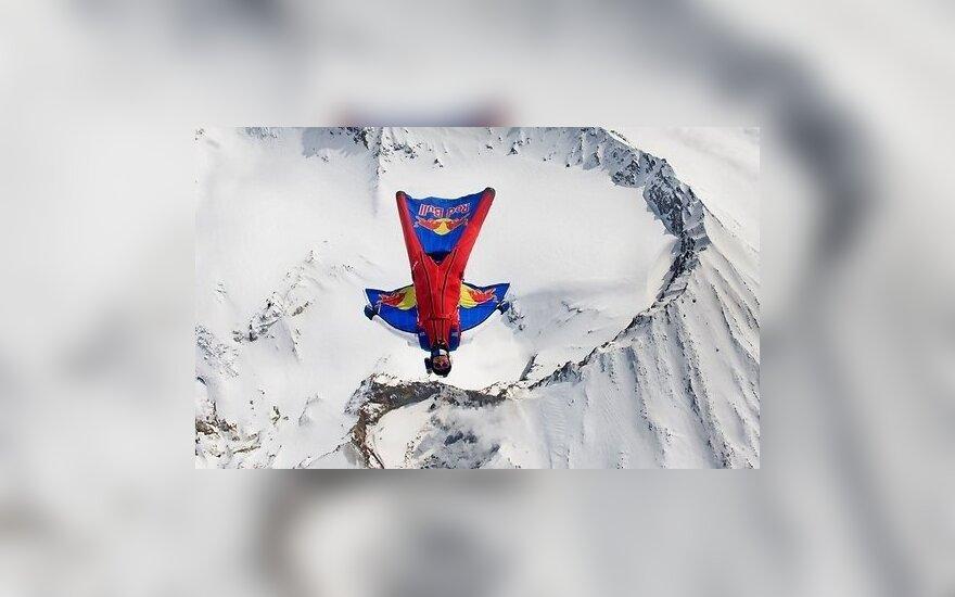 Россиянин-экстремал прыгнул с шестой по высоте горной вершины мира