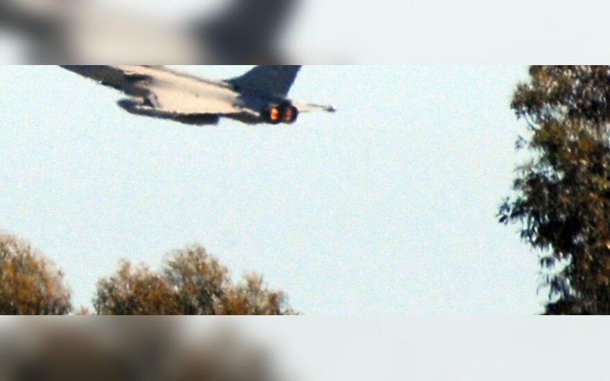 """Prancūzijos naikintuvas """"Rafale"""" kyla iš karinės bazės Korsikoje"""