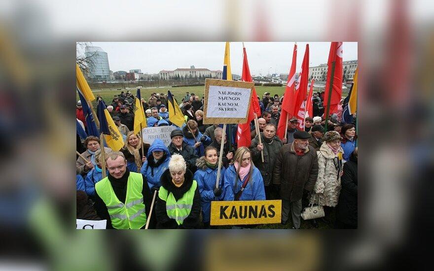 Протестовавшие у Сейма пенсионеры подарили Кубилюсу продукты
