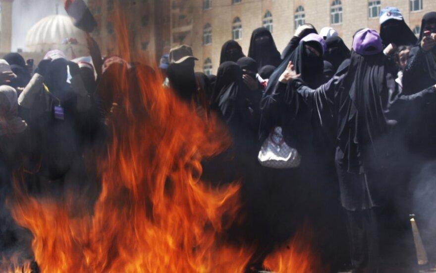 Jemene protestuojančios moterys degina šydus