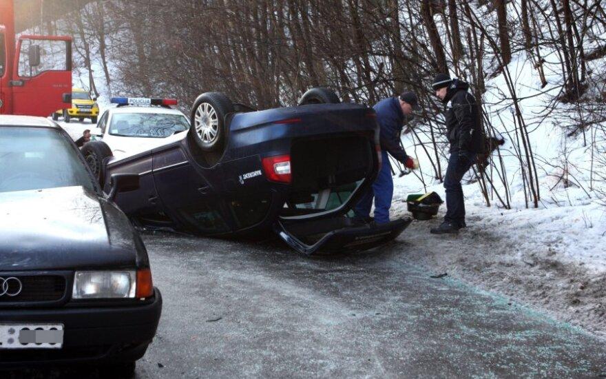 В центре Вильнюса столкнулись три автомобиля, Škoda перевернулась