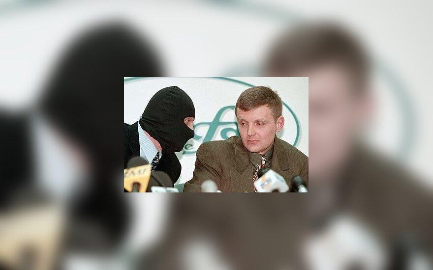 1998 metų lapkričio 17 dieną, kai jis su grupe tarnybos draugų (papulkininkiu Aleksandru Gusyku, papulkininkiu Michailu Trepaškinu ir majoru Andrejumi Ponkinu) spaudos konferencijoje apkaltino Rusijos specialiąsias tarnybas rengus pasikėsinimą į Borisą Be