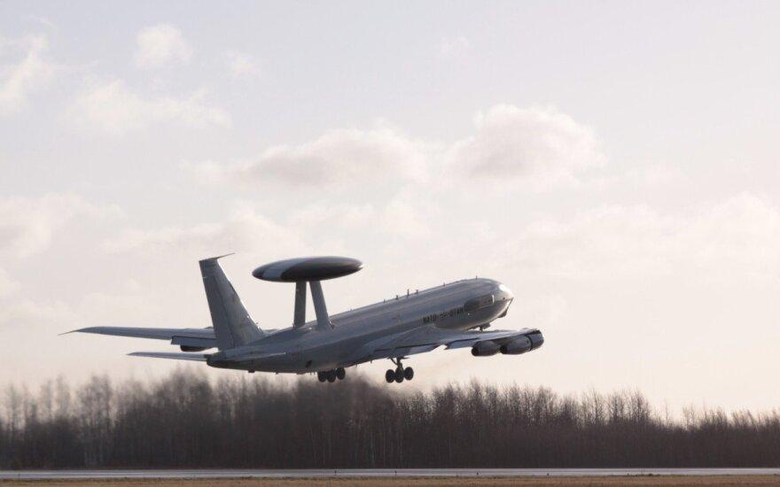 Жителей Литвы с праздником поздравил самолет ДРЛО НАТО в сопровождении истребителей