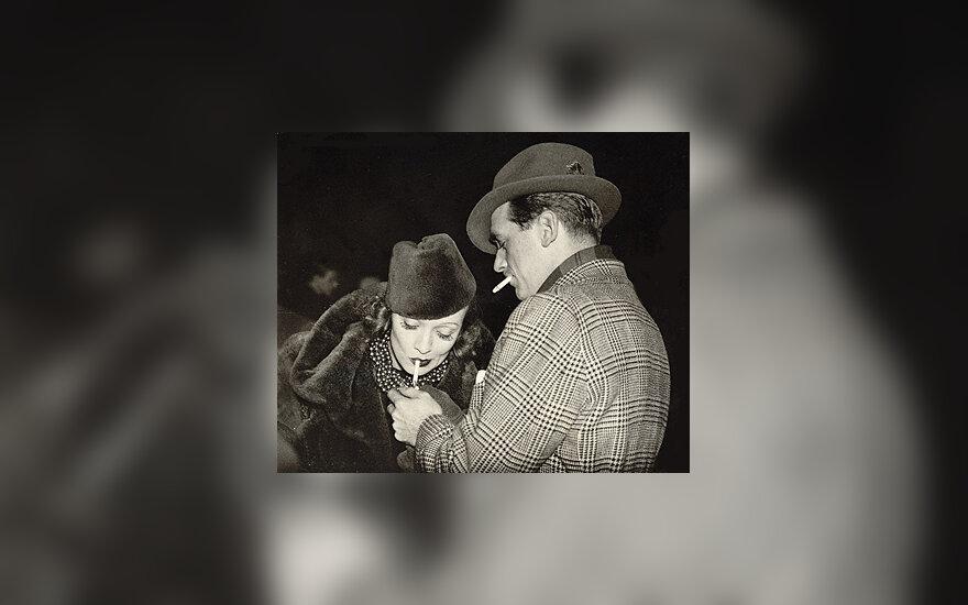 Douglas Fairbanksas pridega Marlene Dietrich cigaretę