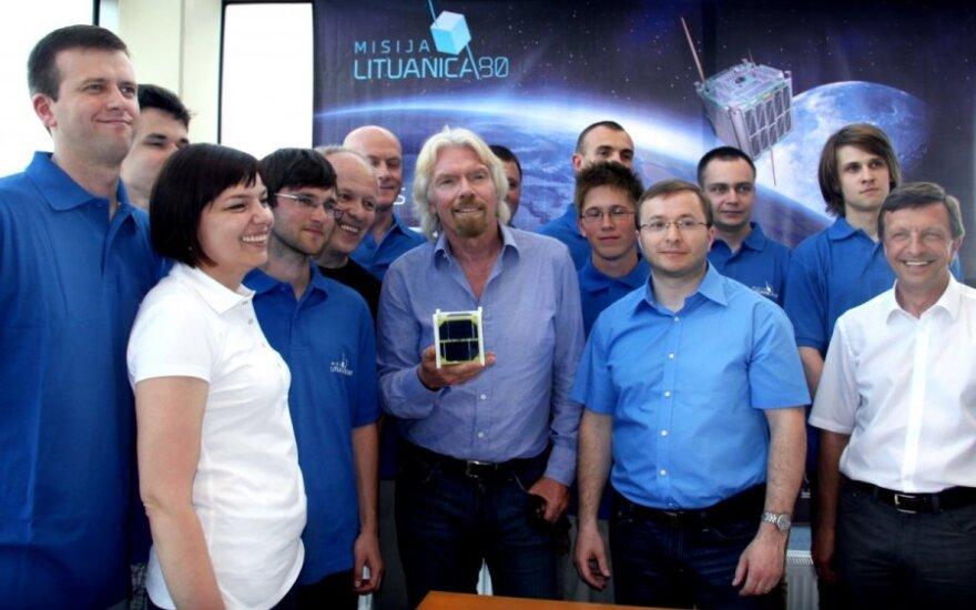 """Richardas Bransonas su """"LitSat-1"""" komanda"""