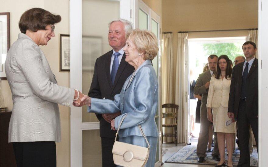 JAV ambasadorę Lietuvoje Anne E. Derse  sveikina Alma ir Valdas Adamkai