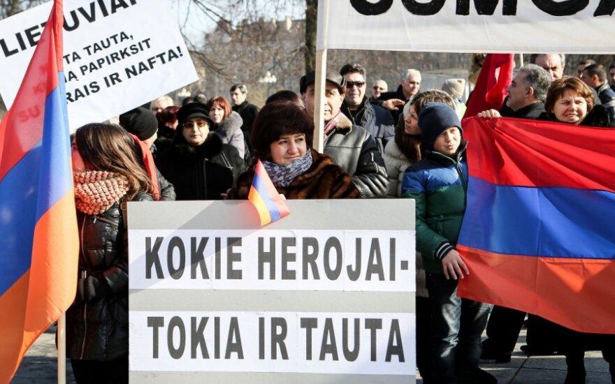 У посольства Азербайджана в Вильнюсе - пикеты армян и азербайджанцев