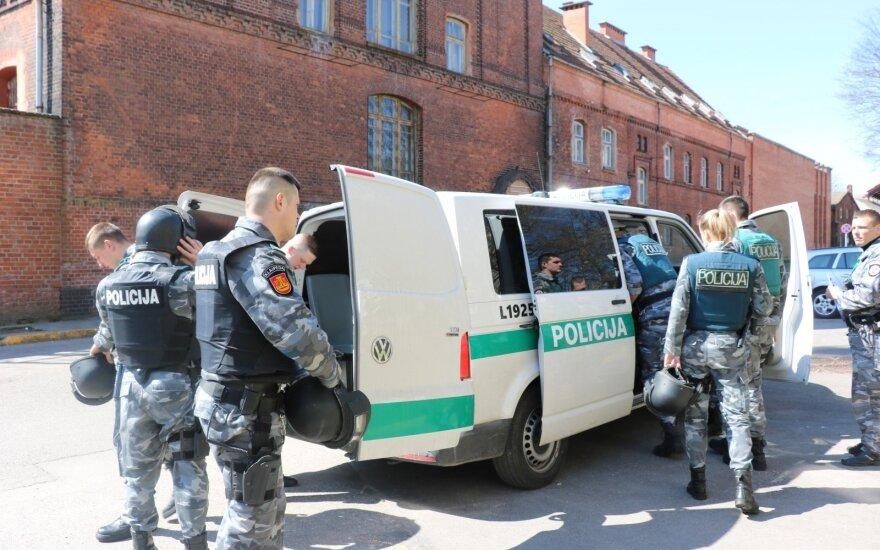 В Клайпеде около тёмного автомобиля детей поджидает извращенец