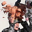 Kinų kareiviui per treniruotes ant galvos daužomos plytos