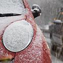 Apsnigtas automobilis, žiema, sniegas, šaltis, eismas, žibintas