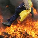 Turkijos kurdų berniukas šoka per ugnį