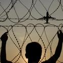 Berniukas stebi lėktuvo kilimą pietinėje Indijos dalyje
