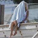 Pamela Anderson išradingai slepiasi nuo paparacų - po rankšluosčiu