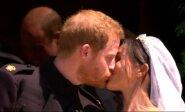 Sutuoktinių princo Harry ir Meghan Markle bučinys