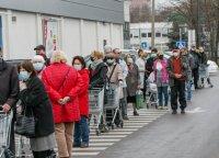 Prieš Velykas prie maisto prekių parduotuvių nusidriekė didelės pirkėjų eilės