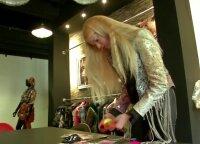 Vestuvinių suknelių kūrėjai siuva kaukes