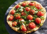 Pyragas su pomidorais, kurį nesunkiai išsikepsite grilyje