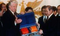 Borisas Jelcinas perduoda juodąsias dėžes