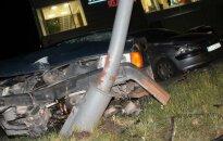 Neblaivus vairuotojas rėžėsi į stulpą, po to į kitą automobilį