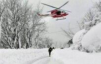 Italijoje tebeieškoma žmonių sniego lavinos palaidotame viešbutyje