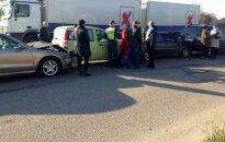 Kol pareigūnai formino pažeidėją, šalia susidūrė 5 automobiliai