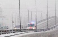 Dėl oro sąlygų keliai tampa čiuožykla: prie Kauno susidūrė trys automobiliai