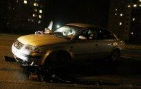 Bandymas išvengti avarijos pasibaigė smūgiu į šaligatvį
