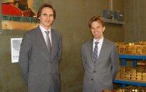 2013 m. Lietuvos banko valdybos narys Marius Jurgilas (kairėje) lankėsi Anglijos banko saugykloje Londone, prie čia saugomų Lietuvos aukso atsargų. Šalia– Anglijos banko vykdomasis direktorius Chrisas Salmonas.