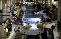 Automobilių surinkimo robotai dirba Volkswagen gamykloje